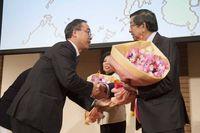 フィリピン大使ご夫妻へ、ボランディアでご参加いただいている第一園芸様より花束贈呈