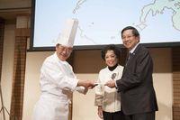 代表理事中村勝宏より、フィリピン大使ご夫妻に目錄贈呈